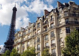 (ARCHIVES) Photo prise le 12 septembre 2010 d'un immeuble d'appartements prs de la Tour Eiffel ˆ Paris. Les prix des logements anciens ˆ Paris ont battu un nouveau record au quatrime trimestre 2011, ˆ 8.390 euros le mtre carrŽ en moyenne, soit une hausse annuelle de 14,7%, selon une Žtude de la Chambre des notaires de Paris/Ile-de-France et de l'Insee publiŽe le 23 fŽvrier 2012. AFP PHOTO / THOMAS COEX